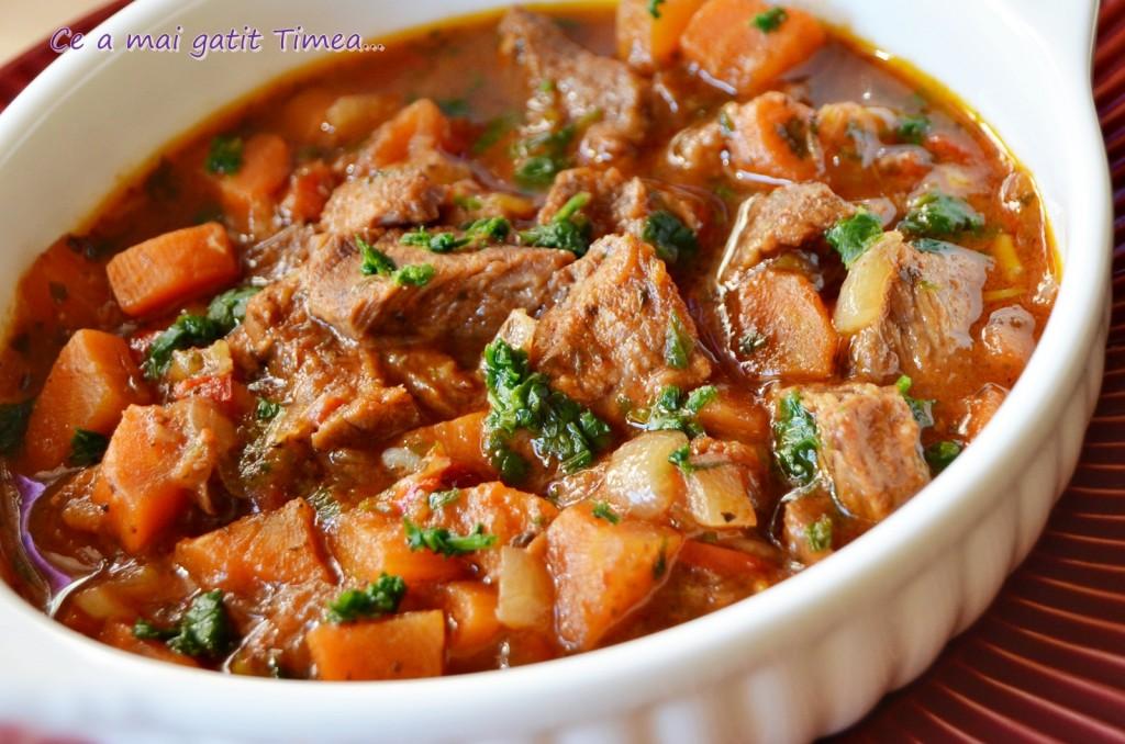carne de vitel in sos de legume cu vin